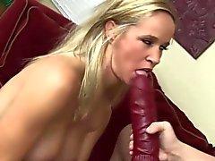 Gros sex toys pour deux salopes sexy