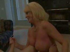 Aikuinen blondi handjob