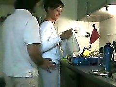 L'épouse mignon de baisé dans la cuisine