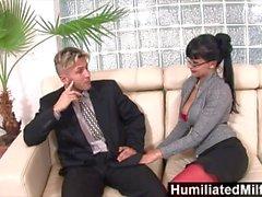 HumiliatedMilfs - Azgın sekreter onun eşek kadar bir horoz seviyor
