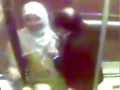 cico tudung Dalam lift
