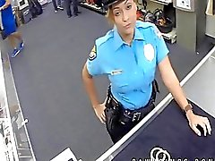 Vero poliziotto arrotonda mentre di Ho in banco di pegni