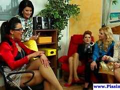 Piss drinking glamour babes en groupe fucking