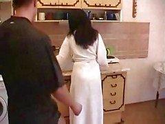 Harige moeder Neuken Breken Jonge Jongen In De Keuken