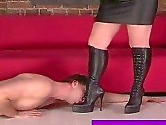 Yararsız arkadaşının cinsel köle metres boots ibadet