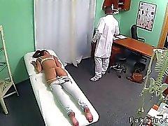 Brune lécher le cul et baise pour par le docteur à son bureau