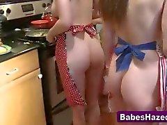 las muchachas les encanta cocinar y demostrar