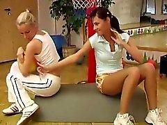 Cindyn sekä Amber Putkityöt keskenään kuntosalilla