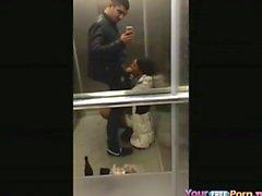 Teen Sucks Schwanz In Einem Aufzug