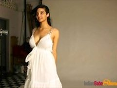 Amazing Indian Babe Shanaya Stripping esponendo tette latte