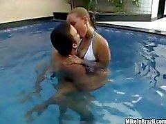 Geana är en smaskig brasiliansk slutty chick som får en bra jävla av poolen