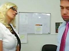Secretária loira pechugóa nova toma enorme galo de chefe mantê seu trabalho