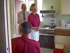 Brittiläinen perheenemäntä huora nai keittiössä