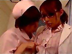 Doutor que começ seus do bichano com bico do peito esfregou Chupado por enfermeira no hospital