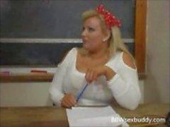 Sexy BBW leraar neukt haar student op het bureau