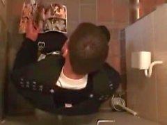 De vernis de Guy se branlant dans la toilette publique