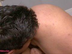 Kelsi Monroe baiser dans des positions sexuelles flexi