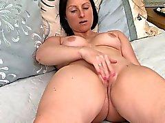 Äiti koskettaa hänen Pussy