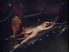 Slim giovane meretrice ottiene dita e il irruvidita schiavo fantasia