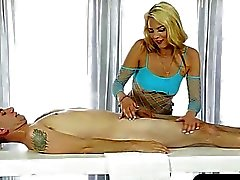masseuse Sexy fellations ses clients coq sous la table