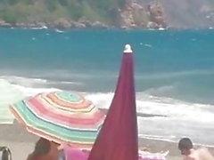 mujer madura masturbarse en la playa