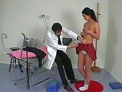 Médecin français remplit d'un examen physique complète