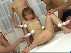 Ai Shirosakia genießt mehrere Schwänze in ihre Löcher