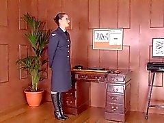 Snob Esercito di Sargaent mette tirocinante anche se le sue passi