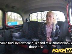 Fake Taxi Schüchtern blonde Teen mit natürlichen Titten