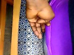 Lähikuva dude tarttumasta sormensa hänen pusku throu