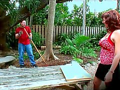 Mature moeder doet anaal in de tuin