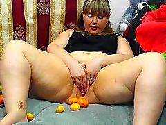 grasso , fruit masturba . frutta nella hairy pussy