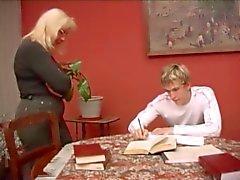 Masaya becerdin kalın eşek ve sarkık göğüsleri ile eski öğretmen