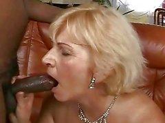 Procace cazzo di nonna con sua amante nero
