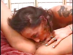 Especialista morena clitóris lésbicas chupando grandes mamas loira pt3