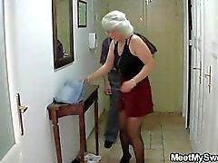 Она получает вовлекают в тройку своими родителями