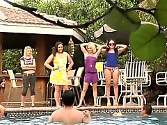 Chicas bikini dominación femenina burlan de los perdedores
