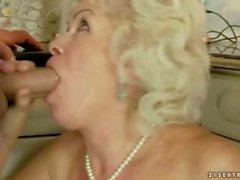 Granny coquine se fait baiser la cuisine