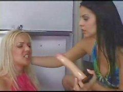 Pièce de Dildo à courroie lesbian sex entre la une blonde et une brune du Ladies