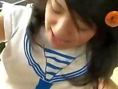Schoolgirl asiatique défoncée sur de table de cuisine