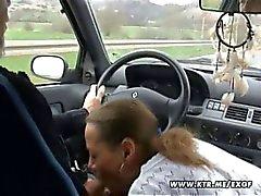 Amateur huisvrouw zuigt en neukt in haar auto met klaarkomen