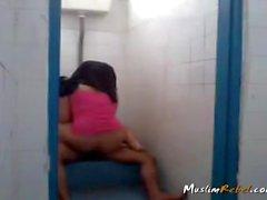 Indonésien, couple, baiser, salle bains