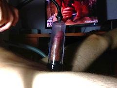 Сперма обрезные и дразня большой член с насосом и TOYS