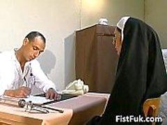 Estos dos médicos sucios rellenan monja atractiva
