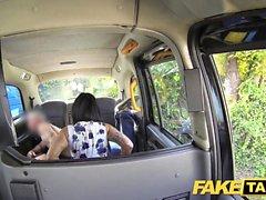 Fake Taxi-Massage endet in riesiger Gesichtsbehandlung nach dem Ficken