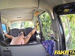 Il massaggio falso del taxi finisce in enormi facce dopo cazzo