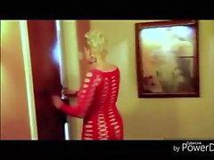 Camminando in vestito rosso