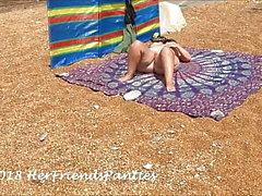 Moglie e guardoni in spiaggia per nudisti