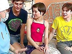 Playgirl получает свой пизду рассмотренный в передней части шипов