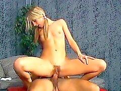 Blonde magnífico con un culo sublime funciona su raja peluda en un poste largo